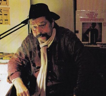 L'artista nel suo studio, anni '80. Sullo sfondo, l'album di Ornette Coleman